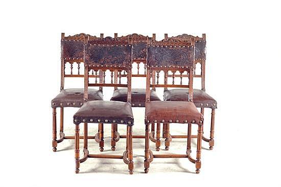 Sillas. Estilo Enrique II. En madera tallada. Diseño con chambrana en