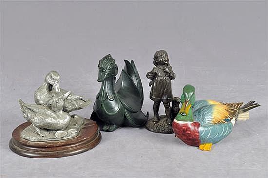 Lote de figuras. Diferentes tamaños, materiales y diseños. Consta de: 3 patos y niña con perro. Presenta rupturas. Piezas: 4