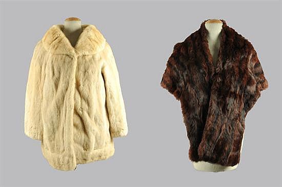 Lote de prendas. Consta de: a) Abrigo corto. En piel de mink, color beige. b) Par de estolas. En piel de marta cibelina. 3 pz.