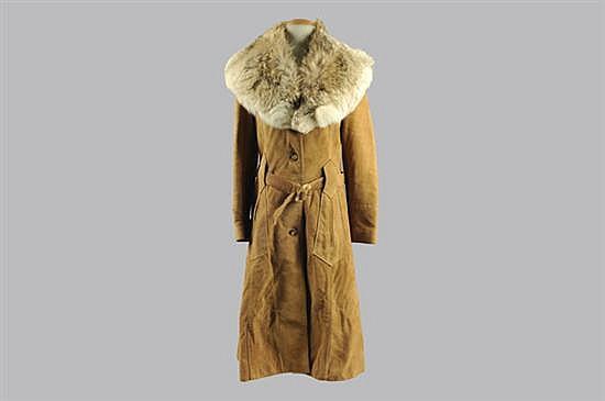 Abrigo largo. Marca Eurodin. En piel de bovino, color caqui. Diseño con dos bolsillos exteriores. Incluye cuello de piel de zorro. 2 p.