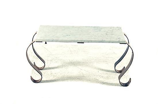 Mesa-consola. Elaborada en metal dorado (latón) Diseño rectangular. Con cubierta de mármol y soportes curvos.