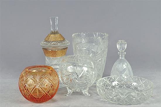 Lote de cristalería. Diseños facetados y diamantados. Consta de: a) 3 Florero. b) Centro de mesa. c) Licorera. d) Bombonera. 6 pz.