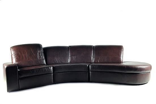 Sala. Diseño de 3 módulos; con respaldo y asientos acojinados en tapicería color chocolate.