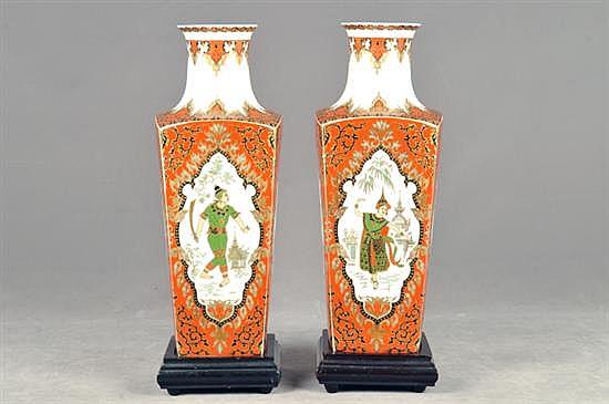 Par de jarrones. Origen alemán. Elaborados en porcelana Kaiser, modelo Liam. Con bases de madera (desmontables) Piezas: 2
