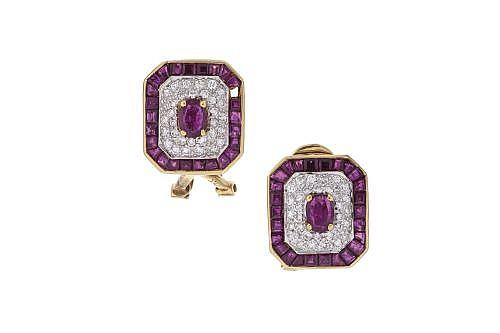 PAR DE ARETES CON DIAMANTES Y RUBÍES EN ORO AMARILLO DE 18K. 64 Diamantes corte brillante ~2.30cts Peso: 7.2grs