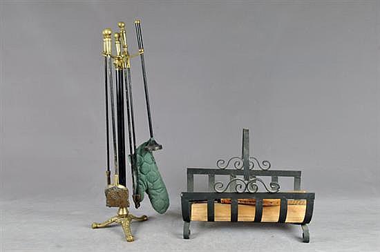 Lote de accesorios para chimenea. En bronce y hierro forjado. Consta de: pantalla, canasto para leños y base con pala, tenaza, etc. 6 p