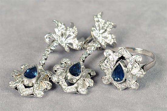Juego de anillo y par de aretes largos. Medida 8 1/2. Diseño con zafiros en corte gota y brillantes en corte 8x8. Peso: 14.7 grs.