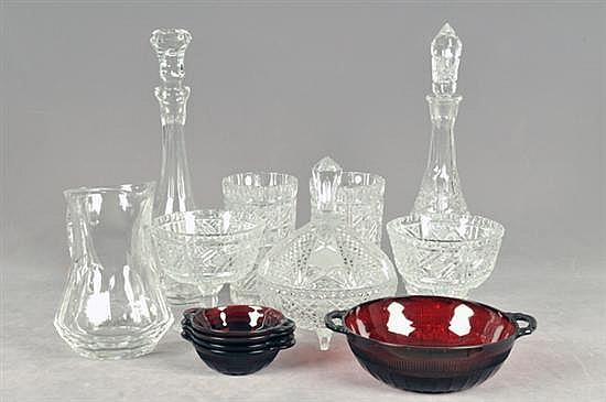 Lote de cristal y vidrio. Diferentes tamaños. Diseños lisos y facetados. Consta de: 2 licoreras, par de dulceros, otros. Piezas: 13