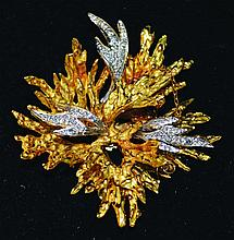 AN 18K YELLOW AND WHITE GOLD BROOCH SET WITH