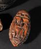 TABATIERE en forme de navire en noix de corozo, entièrement et joliment sculpté en fort relief, de fleurs, feuillages, orné sur le couvercle de « l'Empereur Napoléon Ier en pied », sur faisceau de drapeau et de l'Aigle impériale. Dim : 9,5 x 4,5 cm.