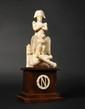 ECOLE FRANÇAISE DE LA PREMIERE MOITIE DU XIXE SIECLE Rare statuette à « la Gloire de l'Empereur Napoléon 1er » sur un socle à décor de cannons croisés et d'une aigle aux ailes déployées. Il repose sur un support en acajou décoré d'un N dans une