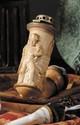 FOURNEAU DE PIPE EN ECUME. Sculpté de « l'Empereur Napoléon Ier en pied ». Couvercle en laiton. On y joint un fourneau de pipe en porcelaine, au « buste de l'Empereur Napoléon Ier » et un fourneau en porcelaine polychrome de « l'Empereur à Lützen ».