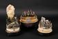 JEAN BAPTISTE BONDOIS (1793-1874). ECOLE FRANÇAISE DU XIXE. TRAVAIL POPULAIRE. « Austerlitz 1805 » « Honneur au courage malheureux » « Waterloo 18 juin 1815 » Trois dioramas de figurines en papier mâché, executées par J. BONDOIS Présentés sur socle,