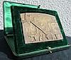 Plaque en bronze avec l'inscription : «Société des Automobiles ARIES, A l'effort de l'industrie française pour la défense du pays. En souvenir de la lutte commune et en reconnaissance du témoignage de sympathie de ses collègues. (signée) Louis