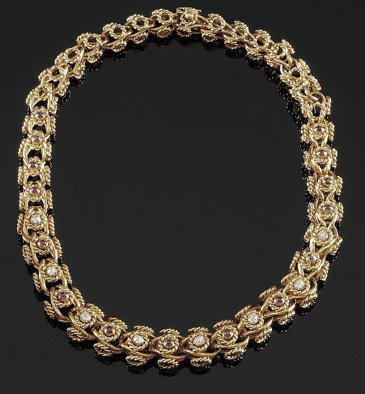 COLLIER en or jaune en mailles de boucles rondes de fils  torsadés ponctuées de diamants de taille brillant et de rubis de taille cabochon sertis clos. Poids brut :123 g A DIAMOND, RUBY AND YELLOW GOLD NECKLACE