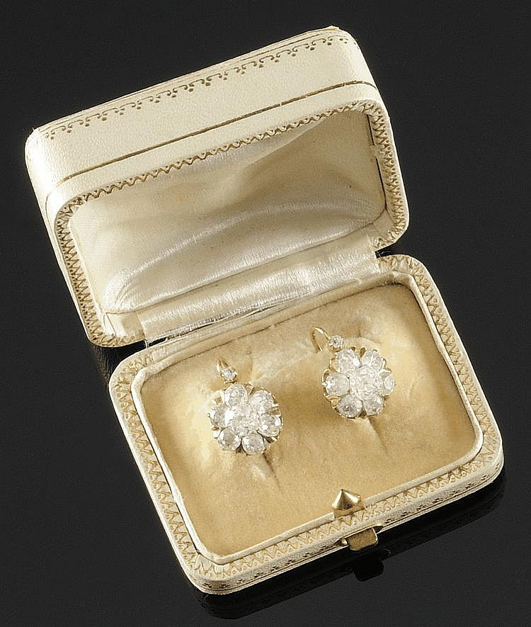 PAIRE DE BOUCLE D'OREILLES en or jaune, ornée de huit diamants de taille ancienne stylisant une  fleur. Poids brut : 5,2 g  Dans son écrin d'origine A DIAMOND AND YELLOW GOLD PAIR OF EARRINGS