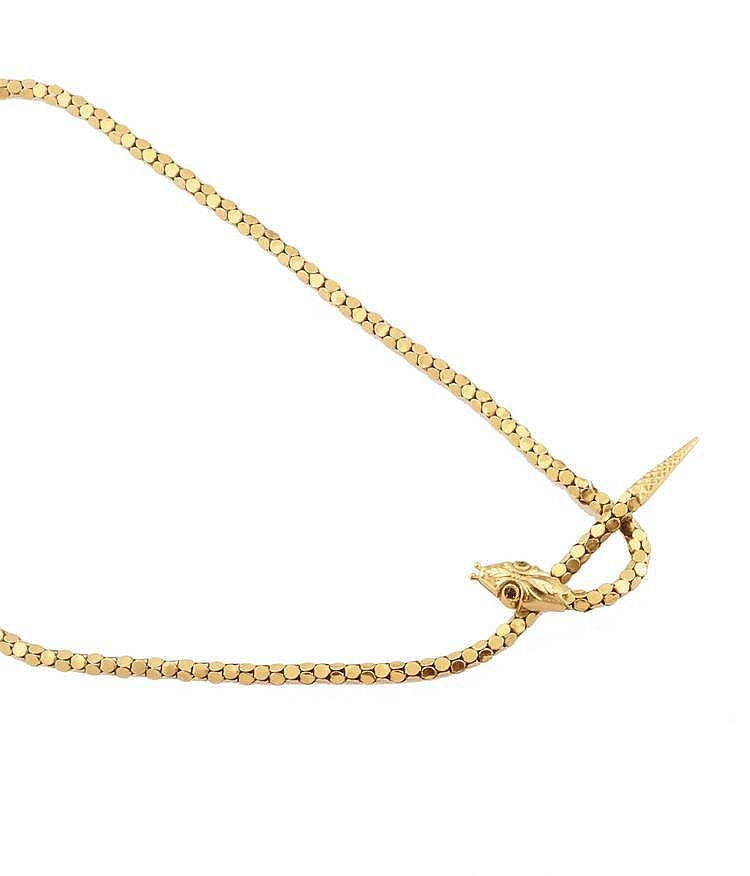 COLLIER en or jaune lisse articulé stylisant une tête de serpent ciselée ornée de deux grenats de taille rose. Poids brut : 19,4 g A YELLOW GOLD NECKLACE