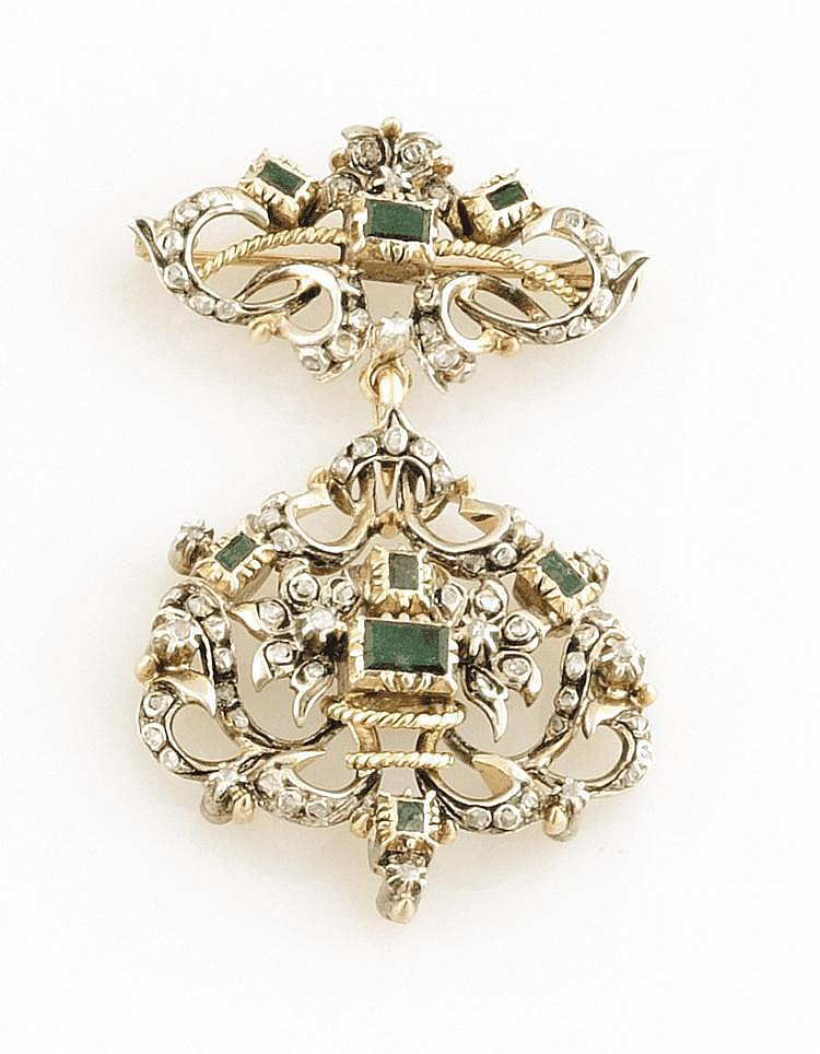 BROCHE en or gris, ornée d'émeraudes de formes rectangulaire et de diamant de taille rose. Poids brut : 28,6 g AN EMERALD, DIAMOND AND WHITE GOLD BROOCH