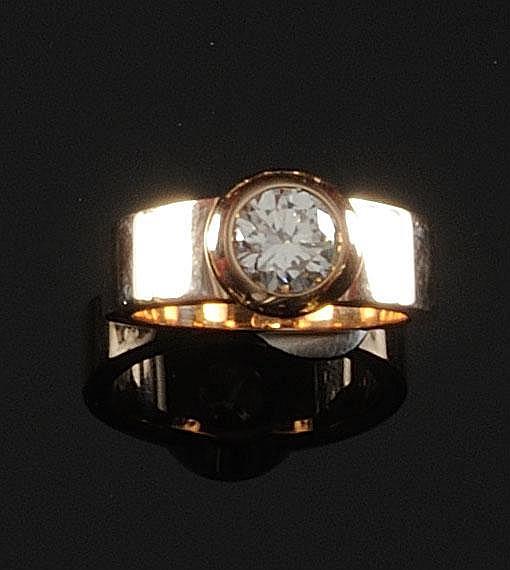 BAGUE JONC en or jaune ornée d'un diamant rond de taille brillant de 1,41 carat de couleur K et de pureté VS2. Poids brut : 13,7 g TDD : 54 Certificat HRD attestant couleur K et pureté VS2 A 1,41 CTS SHAPED ROUND DIAMOND AND YELLOW GOLD RING