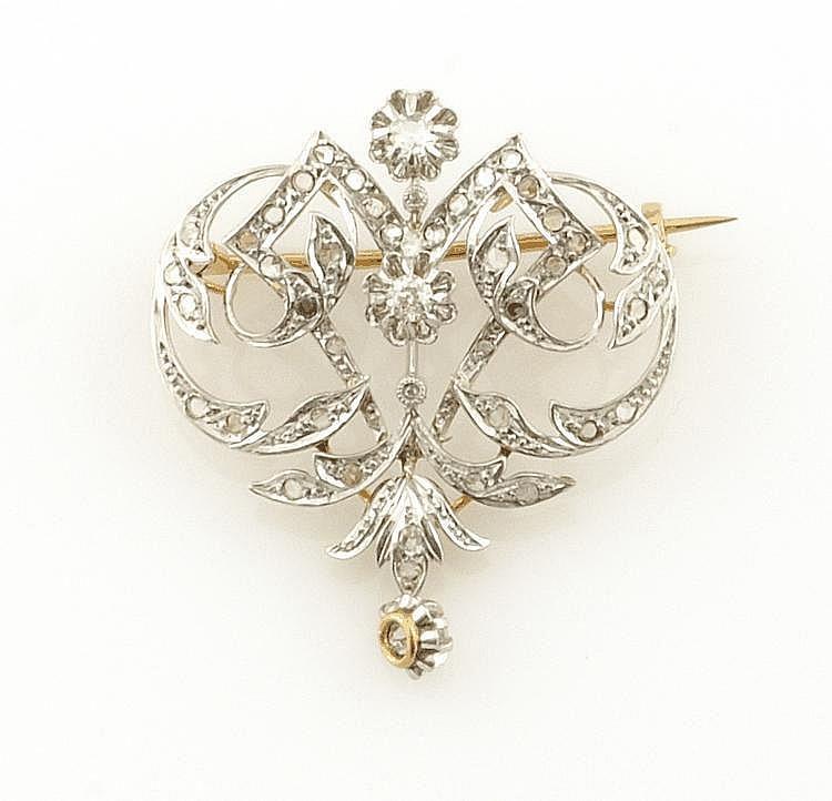 BROCHE PENDENTIF en or jaune et sa chaîne en or gris, la monture finement ajourée et ornée de diamants de taille ancienne retenant une pampille sertie d'un diamant de taille ancienne. Poids brut : 13,1 g A DIAMOND AND YELLOW GOLD BROOCH