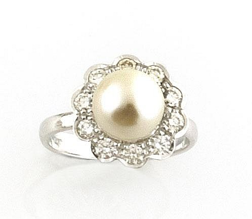 BAGUE en or gris la monture ornée d'une perle de culture dans un entourage de diamants de taille brillant. Poids brut : 4,9 g TDD : 50 - 51 A PEARL, DIAMOND AND WHITE GOLD RING
