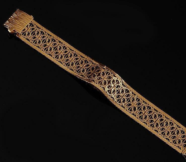 MONTRE en or jaune, le bracelet manchette finement ciselé, aux motifs entrelacés. Poids brut : 39,70 g A YELLOW GOLD WRISTWATCH