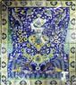 Panneaux au jardin idyllique Panneau composé de carreaux de revêtement mural en céramique peinte en polychromie sous glaçure transparente. L'agencement décoratif du panneau est dominé par un imposant vase ornementé à la couleur jaune d'or, avec une
