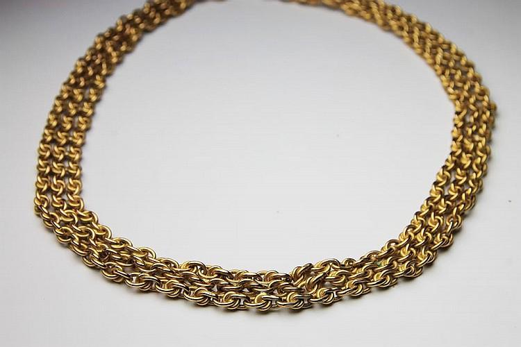 COLLIER en or jaune composé de trois ranges de chaines. Poids brut : 35,1 g