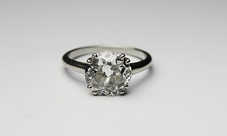 BAGUE SOLITAIRE en platine ornée d'un diamant de taille moderne environ 2 carats. Poids brut : 3,3 g TDD : 53 A 2 CTS ROUND SHAPED DIAMOND SOLITAIRE AND PLATINIUM RING