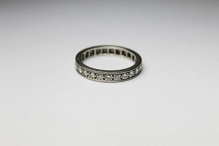 ALLIANCE en or gris ornée de diamants de taille brillant. Poids brut : 4,7 g TDD : 54 - 55