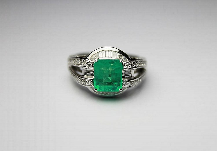 BAGUE en or gris, la monture ajourée et pavée de diamants retenant en son centre une emeraude de 3,20 carats probablement de colombie de taille emeraude. Poids brut : 4,30 g TDD : 54 A EMERALD, DIAMOND AND WHITE GOLD RING
