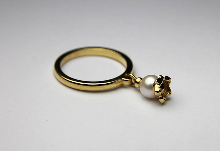 DIOR BAGUE en or jaune ornée d'une perle en chute stylisée d'une fleur, modèle