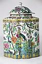 CHINE Grand pot couvert en porcelaine émaillée de forme polylobée à décor polychrome de branchages fleuris et d'oiseaux. XXè siècle H: 35 cm