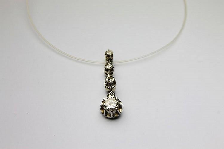 PENDENTIF en or gris orné d'une chute de quatres diamants de taille brillant. Poids brut : 2,6 g