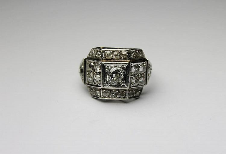 BAGUE en platine à motif géométrique serti de diamants de taille brillant. Poids brut : 5,2 g