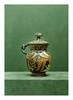 Apulie, IVème siècle avant J.-C. POT COUVERT avec anse. Terre cuite à figure rouge. Décor d'un Eros ailé assis sur un tabouret de coussins et tenant dans ses mains un coffret, de part et d'autre : palmettes, sur le couvercle deux portraits féminins