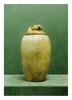 égypte, époque ptolémaïque.  VASE CANOPE et un  BOUCHON à tête de faucon «Qebesenouf.»  Albâtre. Pendentif gravé sur le cou du faucon.  Vase H. 24,5  cm couvercle H. 7,5 cm