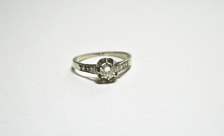 BAGUE en platine serti d'un diamant demi-taille (env.  0,30 ct).  TDD : 54