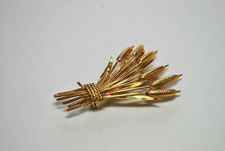 BROCHE en or jaune stylisant une brassée de joncs.  Poids brut : 9,8 g