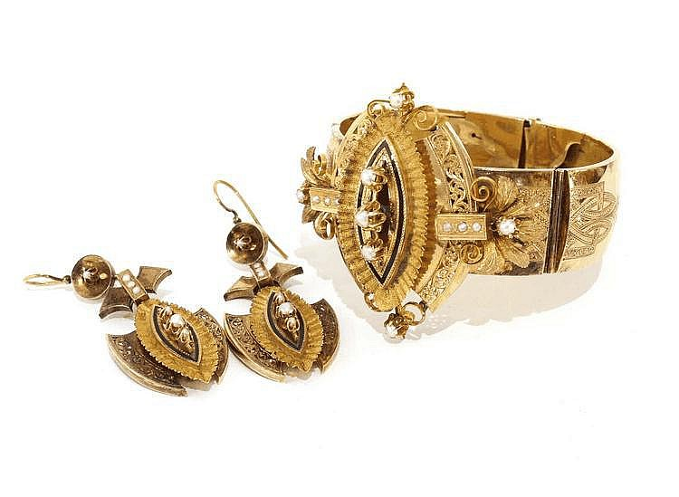 GOLD BRACELET AND EARRINGS