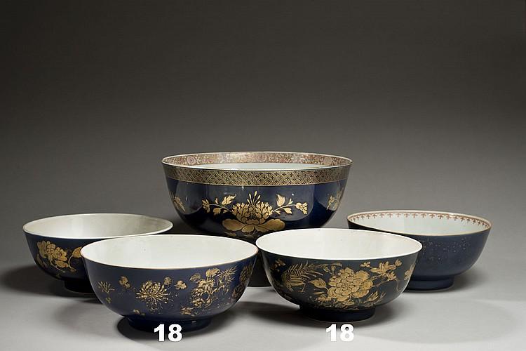 Céramique de la Chine Époque KANGXI (1662-1722) Paire de grands bols en porcelaine émaillée bleu poudré à l'extérieur décorée en éma..