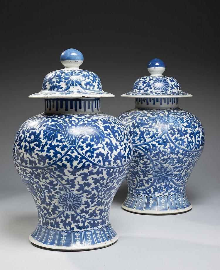 Céramique de la Chine Époque XIXe siècle Paire de potiches de forme balustre en porcelaine blanche, décorée en bleu sous couverte de...
