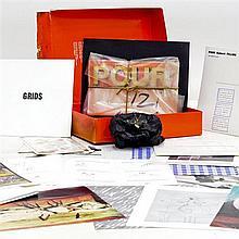 Une boîte originale SaltoArte complète signée au dos par Panamarenko et portant le n°66/100 contenant les oeuvres numérotées et sign...