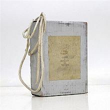 Pierre Alain HUBERT (né en 1944) Corde à dénouer le temps, 1975 Boîte en carton et corde Boîte signée et numérotée 1/1 Boîte : 22,5 ...