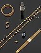 Collier en or jaune, les maillons de forme ovale ajourés, agrémentés de boules d'onyx à godrons tors, encadrés de motifs piriformes en