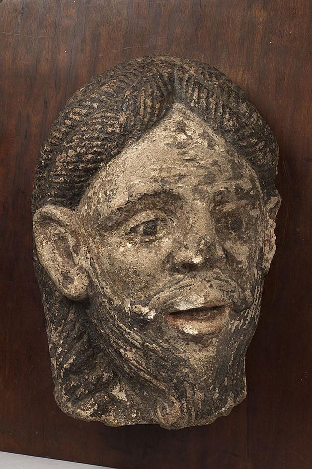 Tête de Christ ou d'Apôtre en pierre calcaire sculptée en haut relief et