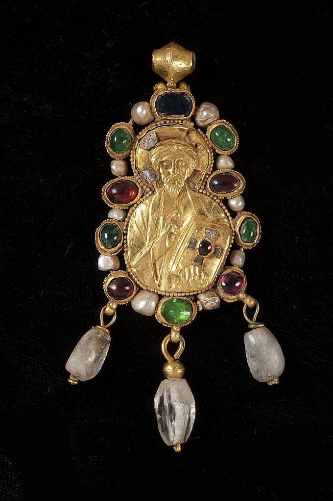 Pendentif en or repoussé représentant le Christ Pantocrator bénissant de la main droite et tenant le Livre de l'autre ; incrustations