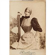 Léopold REUTLINGER (Callao 1863-Paris 1937) Cléo de Mérode, 1890-1900 Tirage d'époque sur papier albuminé, monté sur carte cabinet M...
