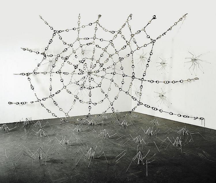 KADER ATTIA (NE EN 1970) Sans titre (spider web), 2006 Installation de 450 menottes en métal et 40 parapluies pliés. Pièce unique....