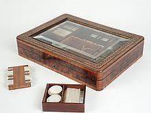 Boite à jeux Napoléon III en marqueterie filetée de laiton, couvercle en glace bisautée avec des jetons de nacre et deux compteurs de carte.